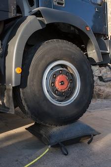 Vrachtwagen met hoge wielen met een airbag
