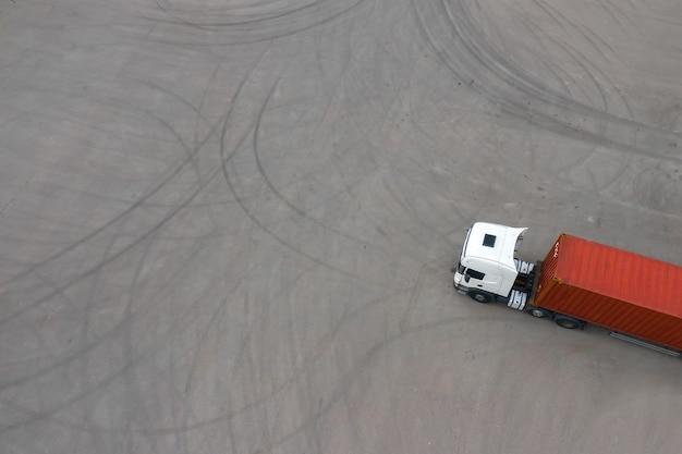 Vrachtwagen op de achtergrond van het bovenaanzicht van de parkeerplaats vanaf de troon.