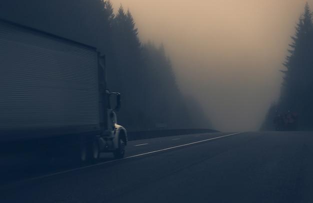 Vrachtwagen op de mistige snelweg