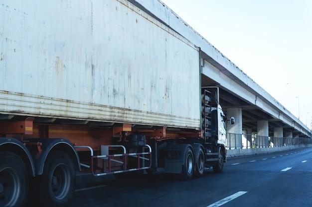 Vrachtwagen op snelweg weg met container, logistieke industriële vervoer over land vervoer op het asfalt
