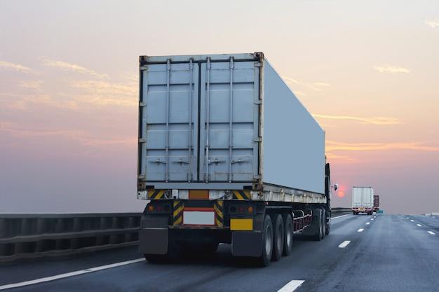 Vrachtwagen op snelweg weg met container, vervoeren vervoer over land op het asfalt