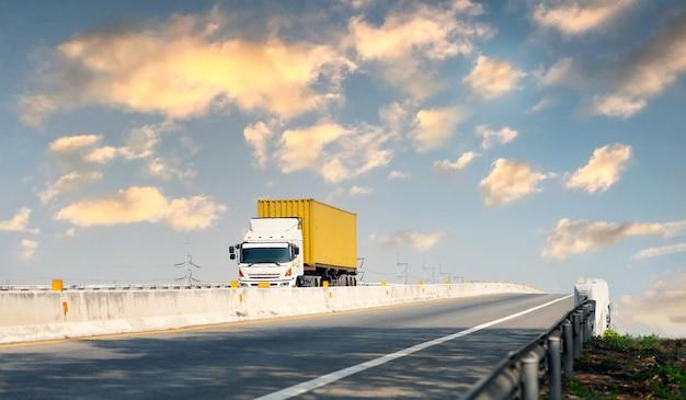 Vrachtwagen op snelweg weg met gele container, transport concept., import, export logistieke industriële vervoer over land op de snelweg