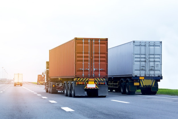 Vrachtwagen op snelweg weg met rode container, import, export logistiek industrieel transport