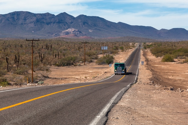 Vrachtwagen op snelweg weg