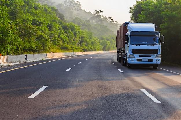 Vrachtwagen op snelweg