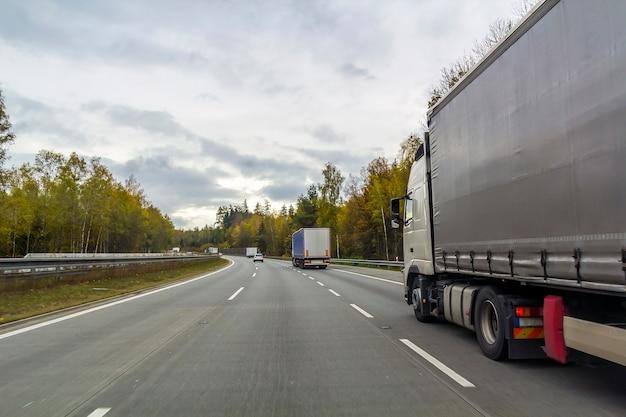 Vrachtwagen op snelwegweg, het concept van het vrachtvervoer