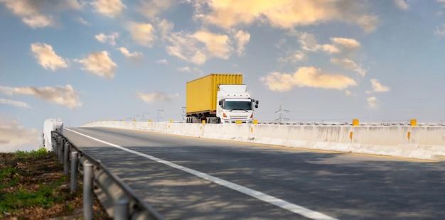 Vrachtwagen op snelwegweg met gele container, transportconcept., import, export logistiek industrieel transporteren landtransport op de snelweg