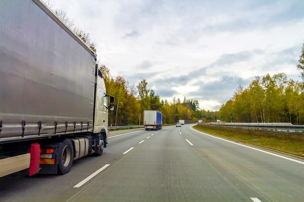 Vrachtwagen op snelwegweg, vrachtvervoerconcept