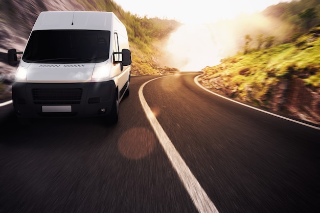 Vrachtwagen op weg in een natuurlijk landschap