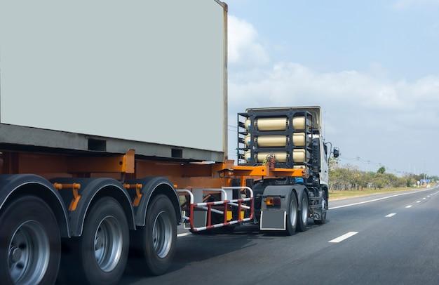 Vrachtwagen op wegcontainer, vervoersconcept. vervoer van het vervoer over land