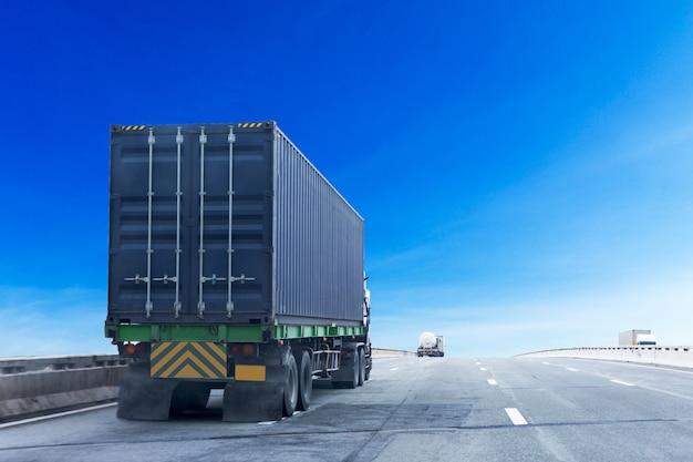 Vrachtwagen op wegweg met blauwe container, logistisch industrieel vervoer