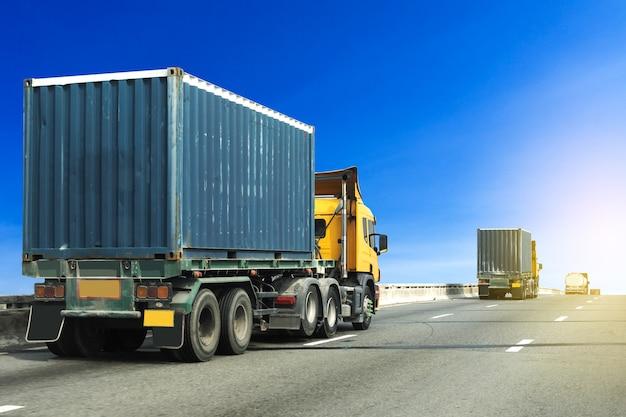 Vrachtwagen op wegweg met blauwe container