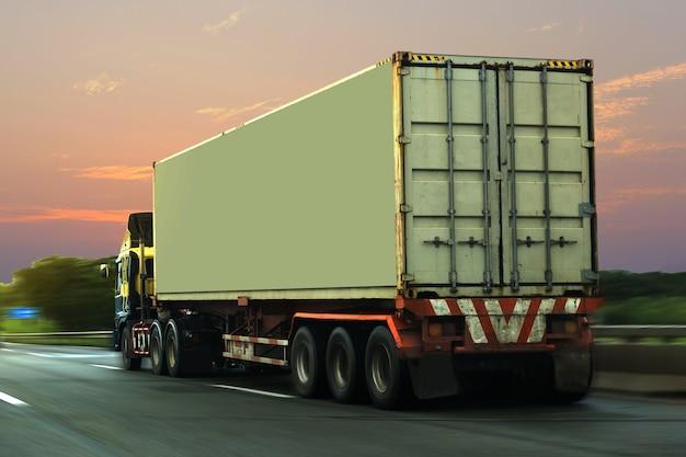 Vrachtwagen op wegweg met container, logistiek industrieel vervoer van het vervoer over land
