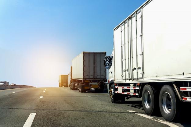 Vrachtwagen op wegweg met container, logistische industrieel met blauwe hemel