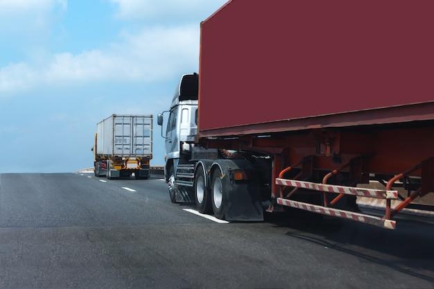 Vrachtwagen op wegweg met rode container, logistiek industrieel vervoer over land vervoer