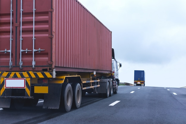 Vrachtwagen op wegweg met rode container, logistiek industrieel vervoer van het vervoer over land