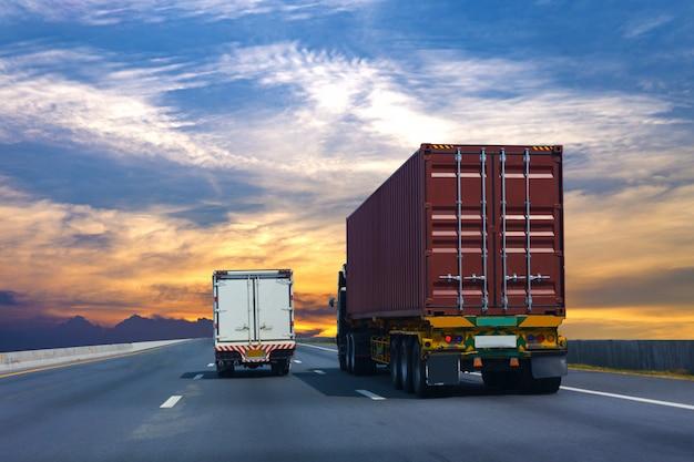Vrachtwagen op wegweg met rode container, vervoersconcept.