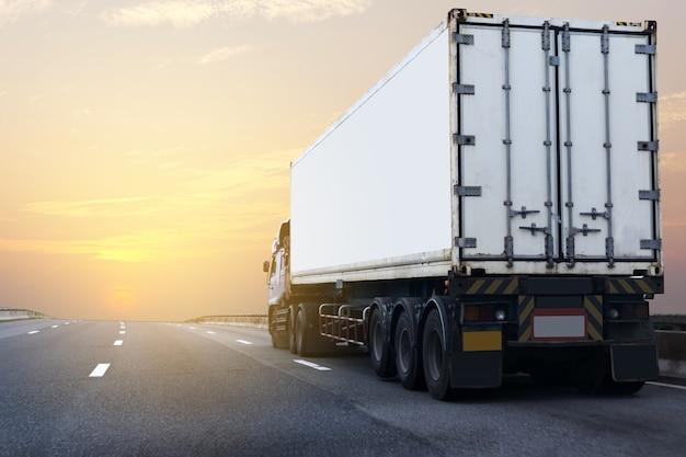 Vrachtwagen op wegweg met witte container