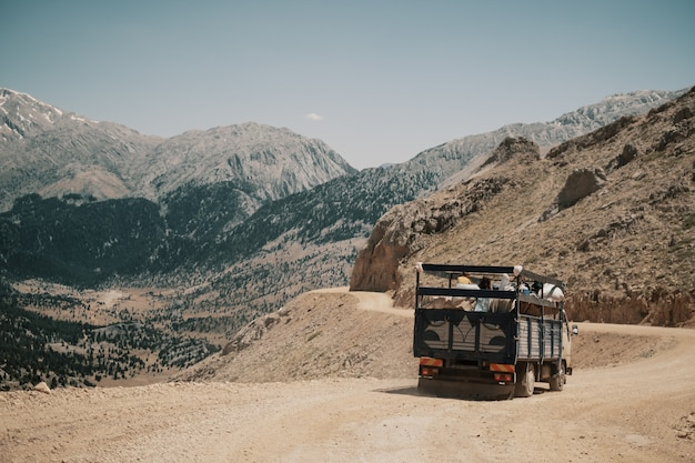 Vrachtwagen rijden op bergweg