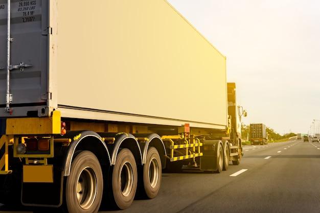 Vrachtwagen rijden op snelweg weg met container, transport concept., import, export logistiek industrieel vervoer over land op de snelweg tegen zonsopgang hemel