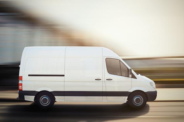 Vrachtwagen rijdt snel op een stadsweg. 3d-weergave