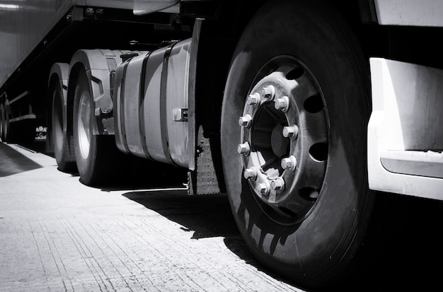 Vrachtwagen vervoer, close-up vrachtwagen wiel semi vrachtwagen geparkeerd in depot.
