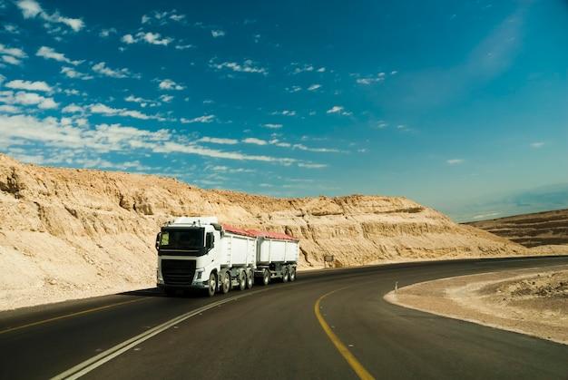 Vrachtwagen woestijn onderweg
