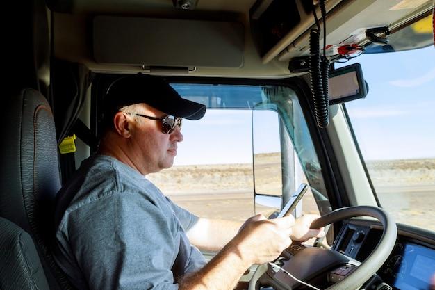 Vrachtwagenchauffeurs grote vrachtwagenchauffeur in cabine van grote moderne vrachtwagen