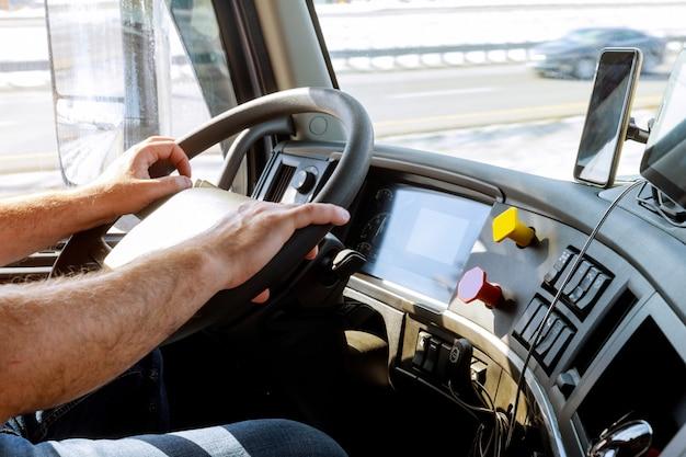 Vrachtwagenchauffeurs handen van grote vrachtwagenchauffeur op grote vrachtwagen stuurwiel