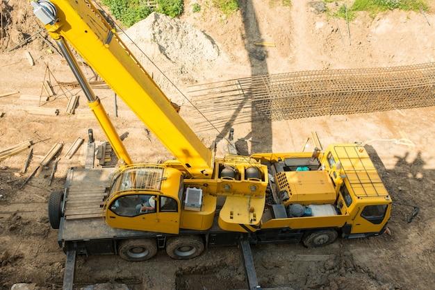 Vrachtwagenkraan op een bouwplaats