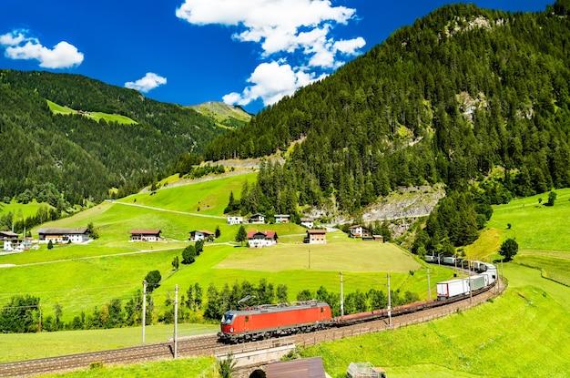 Vrachtwagens die per spoor de alpen oversteken bij de brennerpas in oostenrijk