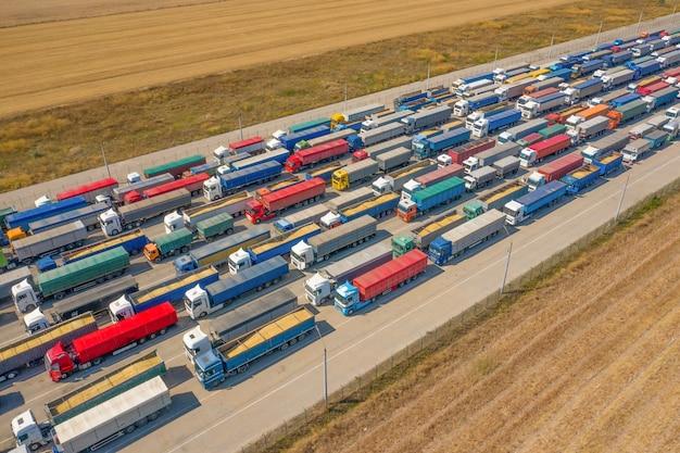 Vrachtwagens in de rij bij de laadterminal. goederenvervoer per auto.