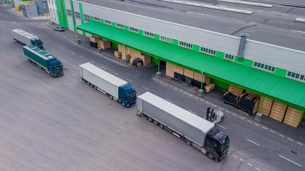 Vrachtwagens laden in de fabriek. het uitzicht vanaf de top
