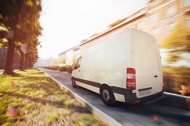 Vrachtwagens rijden door de straten van de stad voor leveringen