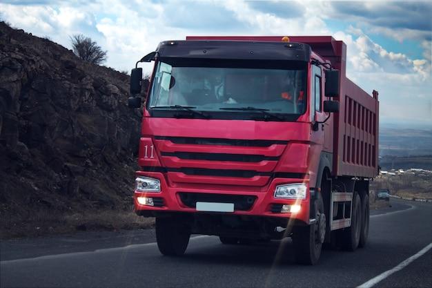 Vrachtwagens rijden langs de weg
