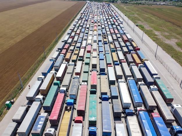 Vrachtwagens staan in de rij bij de haven om graan te lossen.