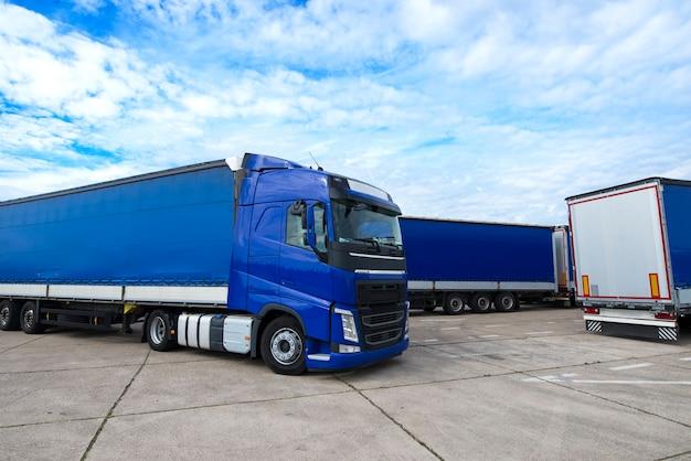 Vrachtwagenvoertuig met aanhangwagens op achtergrond