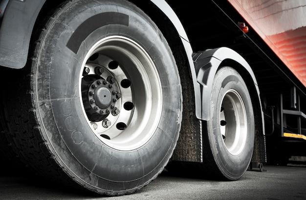 Vrachtwagenwielen van een vrachtwagenaanhangwagen