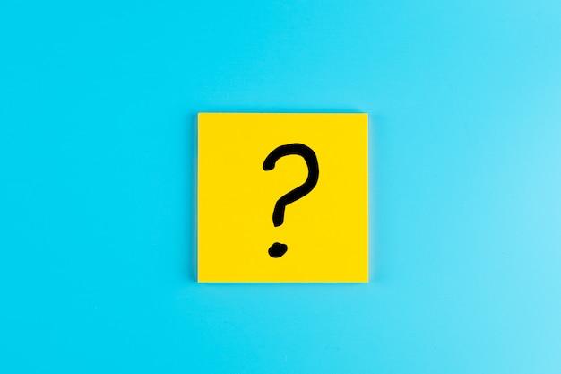 Vragen markeer (?) woord vaak op papier. faq (veel gestelde vragen), antwoord, q&a, communicatie en brainstorming, international ask a question day concepten