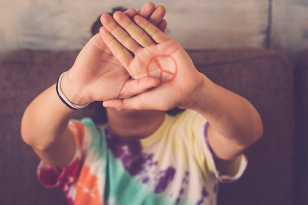 Vrede geen oorlog symbool geschilderd op de hand van jonge jongen
