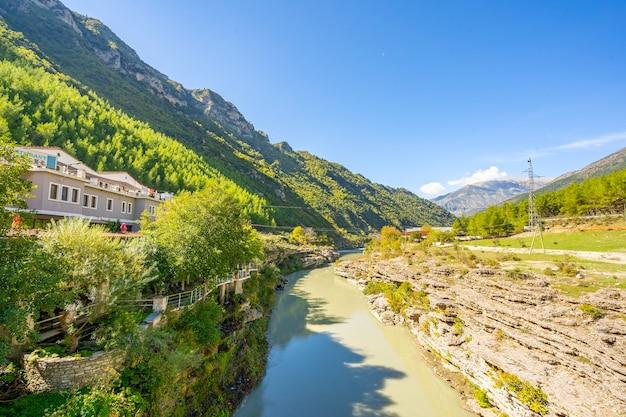 Vredig en rustig natuurlandschap uitzicht op klein dorp.