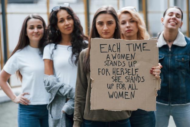 Vredig protest. groep feministische vrouwen demonstreren buitenshuis voor hun rechten
