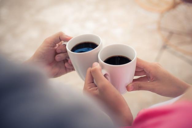 Vreedzaam aziatisch jong koppel ontspannen thuis met kopje thee