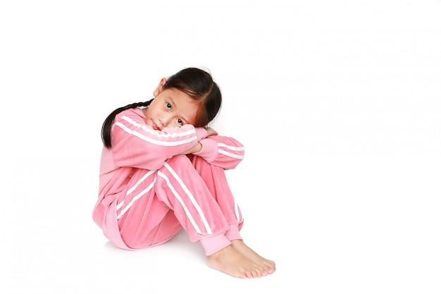 Vreedzaam klein aziatisch kindmeisje in roze bovenkledij