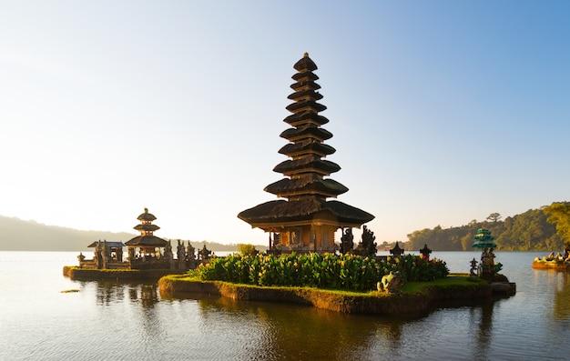 Vreedzame atmosfeer in vroege ochtend tijdens zonsopgang over pura ulun danu-tempel iconisch van bali, meer bratan, bali, indonesië.