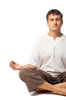 Vreedzame man die yoga doet en mediteert - geïsoleerd op een witte achtergrond
