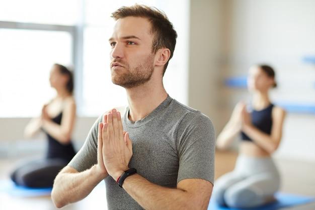 Vreedzame man mediteren op yoga