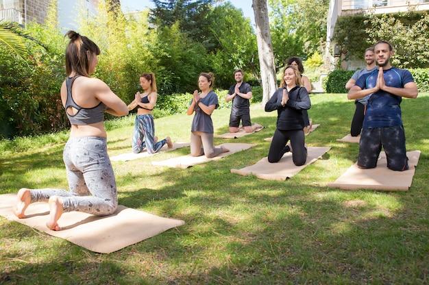 Vreedzame mensen die van yogapraktijk genieten