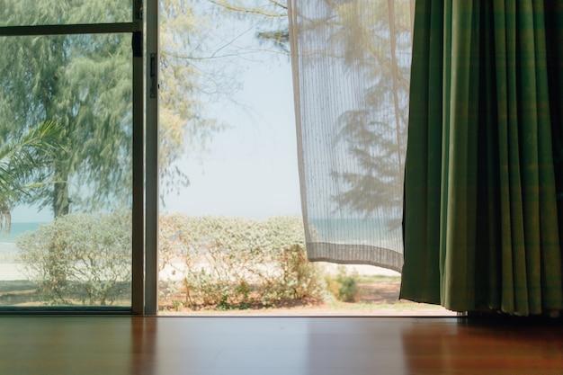Vreedzame scène van het huis met wit transparant gordijn.