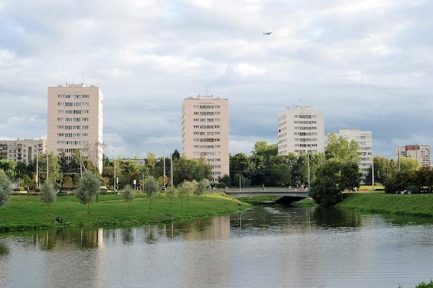 Vreedzame stadsleven in een woonwijk ulianka in sint-petersburg, rusland